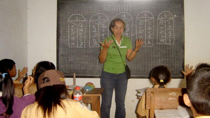 P-WEC&#039;s voluntary teacher teaching Math to the 9 year old students