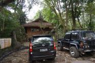 Parkir mobil samping Guest House Penyu